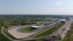 汽车竞赛在Zandvoort村庄的赛马跑道空中4k录影在荷兰 股票录像