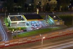 汽车线在加油站的 图库摄影