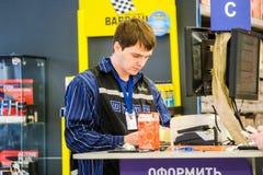 汽车组分的推销员在Klimovsk购物 库存照片