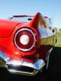 汽车经典闪亮指示红色尾标 免版税库存照片