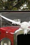 汽车结婚的老葡萄酒婚礼 库存图片