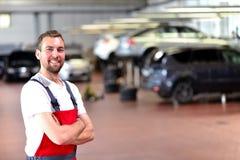 汽车维修车间的技工-诊断和查明故障 免版税图库摄影