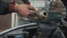 汽车维护倾吐新的油润滑剂的为服务技工入发动机 倾吐的新鲜的新的干净的综合性油 股票录像
