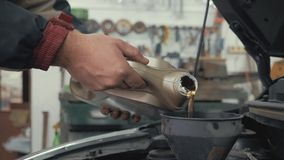 汽车维护倾吐新的油润滑剂的为服务技工入发动机 倾吐的新鲜的新的干净的综合性油 股票视频