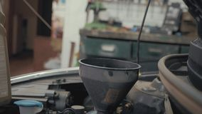 汽车维护倾吐新的油润滑剂的为服务技工入发动机 倾吐的新鲜的新的干净的综合性油 影视素材