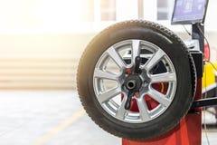 汽车维护和服务中心 车轮胎修理和替换设备 季节性轮胎变动 免版税库存图片