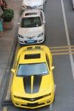汽车行停放了在路一边在深圳 免版税库存照片