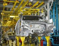 汽车被焊接的身体在焊接车间传动机的  库存照片