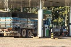 汽车装载的燃料加油站 免版税库存照片