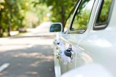 汽车装饰了婚姻的花 免版税库存照片