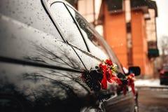 汽车装饰了婚姻的花 库存图片