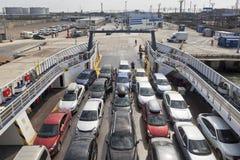 汽车装货在轮渡`埃琳娜`的在高加索港  免版税图库摄影