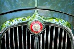 汽车设计细节和捷豹汽车商标/名牌特写镜头在Oldtim 免版税库存照片