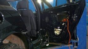 汽车诊断服务-工作的机械工-修理的汽车 股票录像