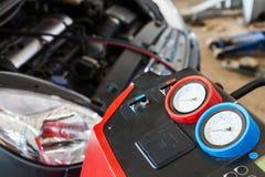 汽车调节剂换装燃料在汽车修理店的 免版税图库摄影