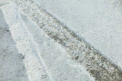 汽车踪影在冰的 冰表面纹理  图库摄影