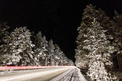 汽车踪影在今晚快门速度的 免版税图库摄影