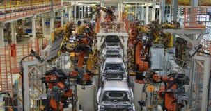 汽车身体在传动机顶视图的 汽车现代装配在植物的 车身的自动化的修造过程 股票视频
