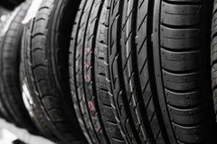 汽车轮胎保护者  一定数量的汽车轮胎 关闭自动流动新的轮子轮胎表面上的看法 免版税库存照片