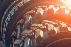 汽车轮胎或橡胶为工业农业收割机或卡车转动 免版税库存照片