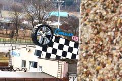 汽车轮胎服务在城市之外的在环行路附近 库存图片