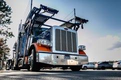 汽车运载的卡车 库存图片