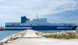 汽车运载船离开口岸 免版税库存图片