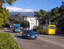 汽车运输在雅尔塔Sadovaya街道上去  库存图片