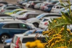 汽车迷离在公开停车处的对现代购物中心,被弄脏的背景摘要 库存图片