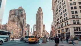 汽车通行和人4K UHD定期流逝走在Flatiron大厦区,纽约,美国的 美国城市生活 股票录像
