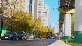 汽车通行在城市 股票录像