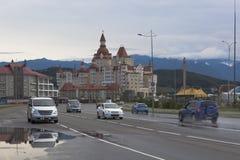 汽车通行在奥林匹克大道爱德乐多雨夏天早晨,索契 库存照片