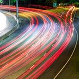 汽车通行在高速公路通勤在晚上 免版税库存图片
