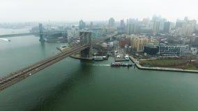 汽车通行空中射击在布鲁克林大桥的从直升机 股票视频
