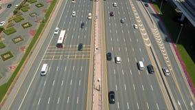 汽车通行鸟瞰图在高速公路的在迪拜 股票录像
