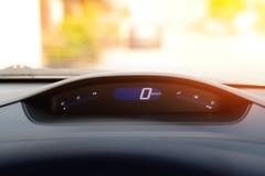 汽车速度计仪表板和驾驶舱,特写镜头 免版税图库摄影