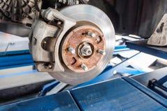汽车采取轮子展示鼓式制动器汇编 库存图片