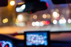 从汽车里边的模糊的照片有bokeh的从交通堵塞点燃在夜 库存照片
