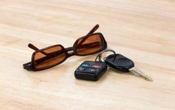 汽车钥匙和太阳镜 免版税库存照片