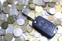 汽车钥匙和硬币在背景 库存照片