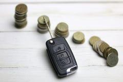 汽车钥匙和硬币在背景 免版税图库摄影