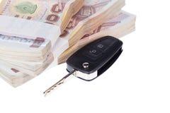 汽车钥匙和钞票,隔绝在白色背景 库存图片