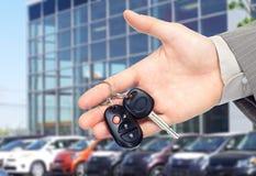 给汽车钥匙的手。 免版税库存照片