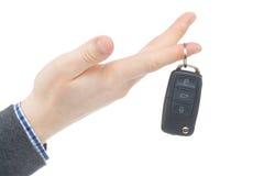 给汽车钥匙的男性手-演播室在白色射击了 免版税库存照片