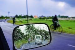 汽车镜子立即使用的玻璃窗-旅行与结露 库存图片