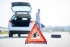 汽车问题,红色警告三角! 库存照片