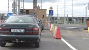 汽车队列在白俄罗斯语擦亮剂边界的 股票视频