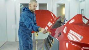 汽车防撞器在绘以后在汽车喷漆室 自动车底漆防撞器 图库摄影