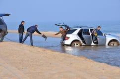 汽车陷在了海 †‹â€ ‹傲德萨黑海  库存图片