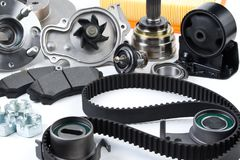 汽车零件背景 插孔、泵浦、制动块、过滤器、同步皮带、路辗、恒定的速度联接,温箱和其他 库存图片